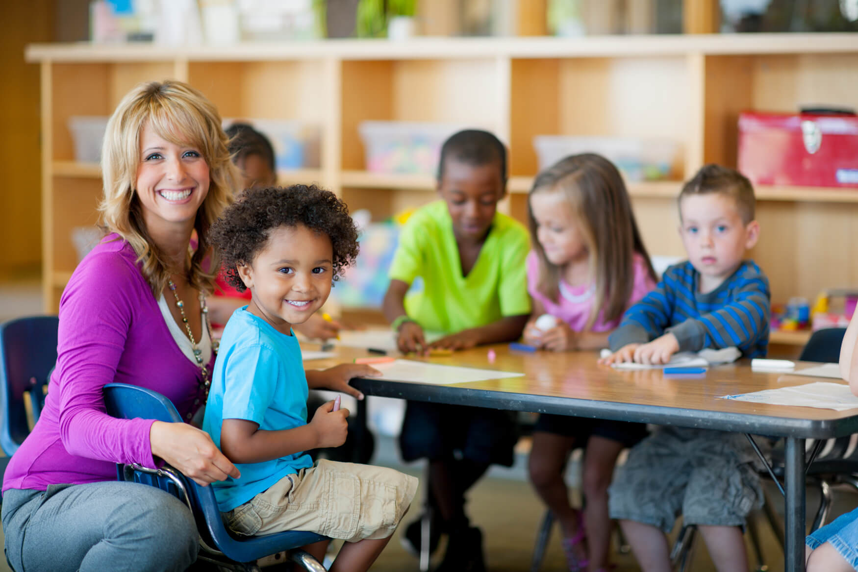 educator-with-preschoolers-at-a-table